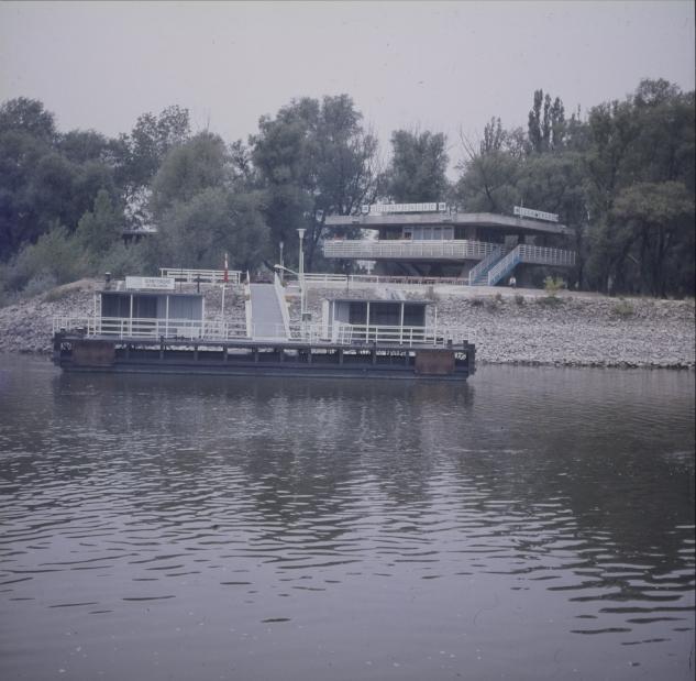 A szentendrei hajóállomás a Dunáról nézve