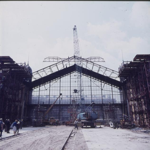Tetőelem leemelése a Nyugati pályaudvar felújítása közben