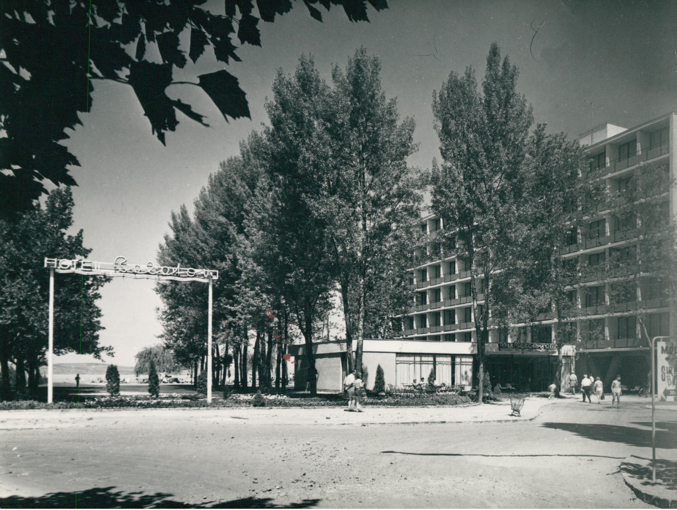 A Balaton Szálló főhomlokzata és strandja