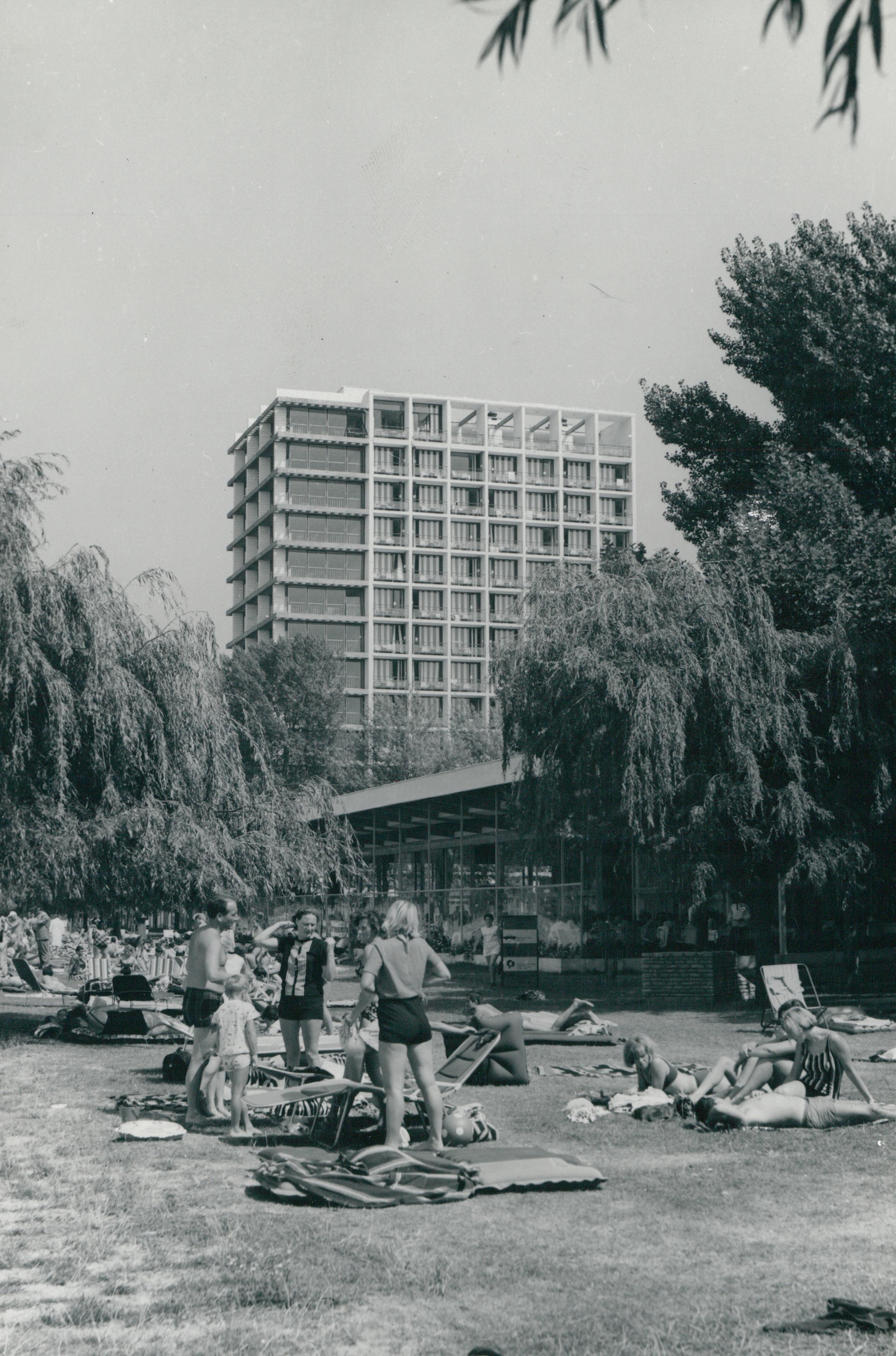 A siófoki szállodasor strandja, a Siófok Étterem és a Hotel Európa