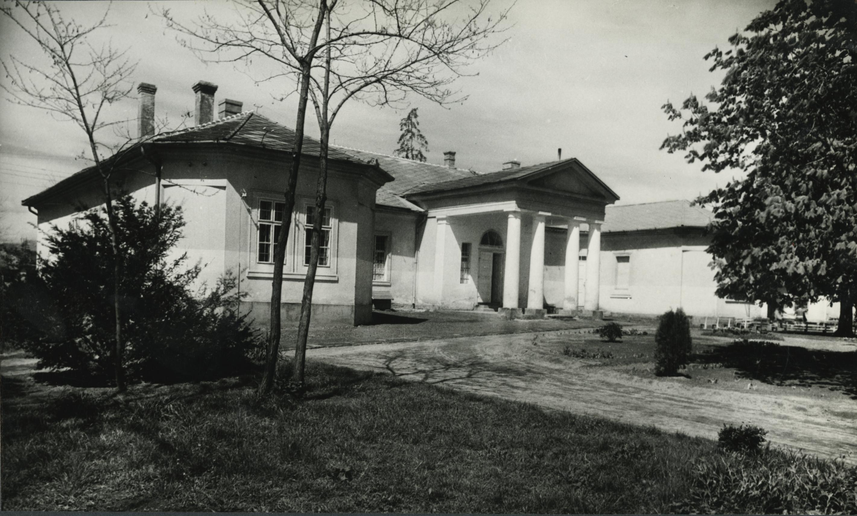 Az abonyi Lavatka kúria főhomlokzata
