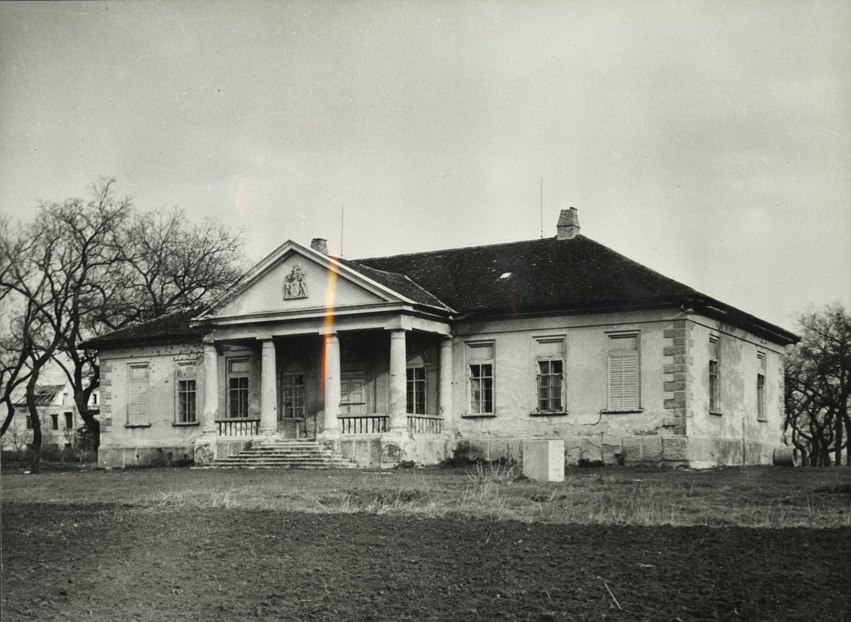 Az abonyi Sivó-kúria főhomlokzata