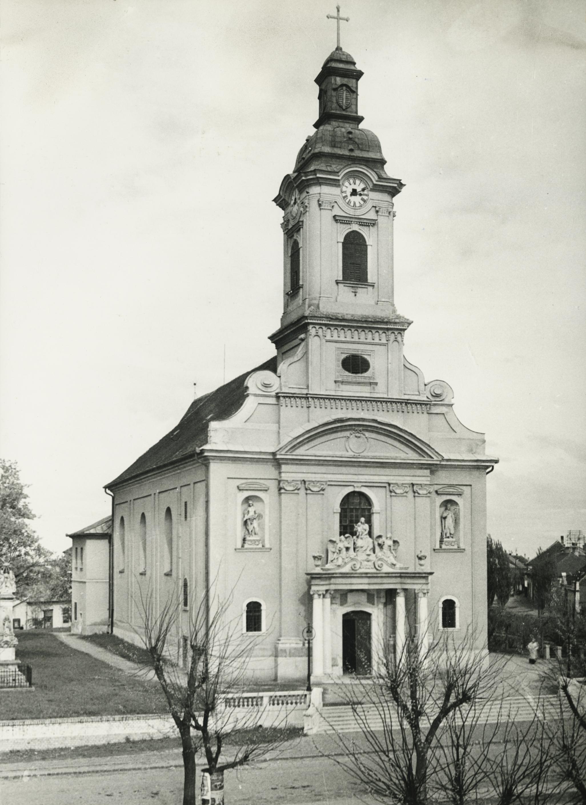 Az abonyi római katolikus templom a Kossuth téren