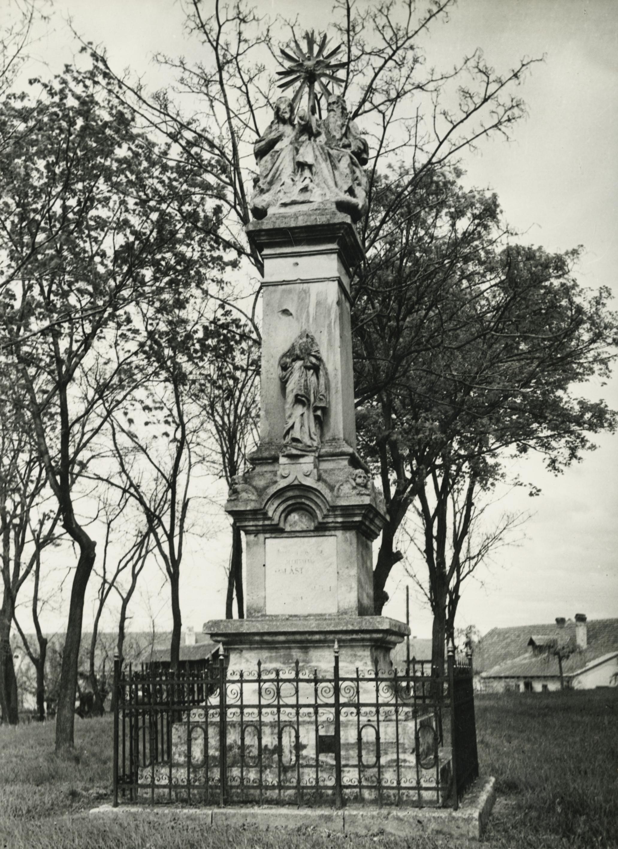 Az abonyi Szentháromság szobor a római katolikus templom mellett