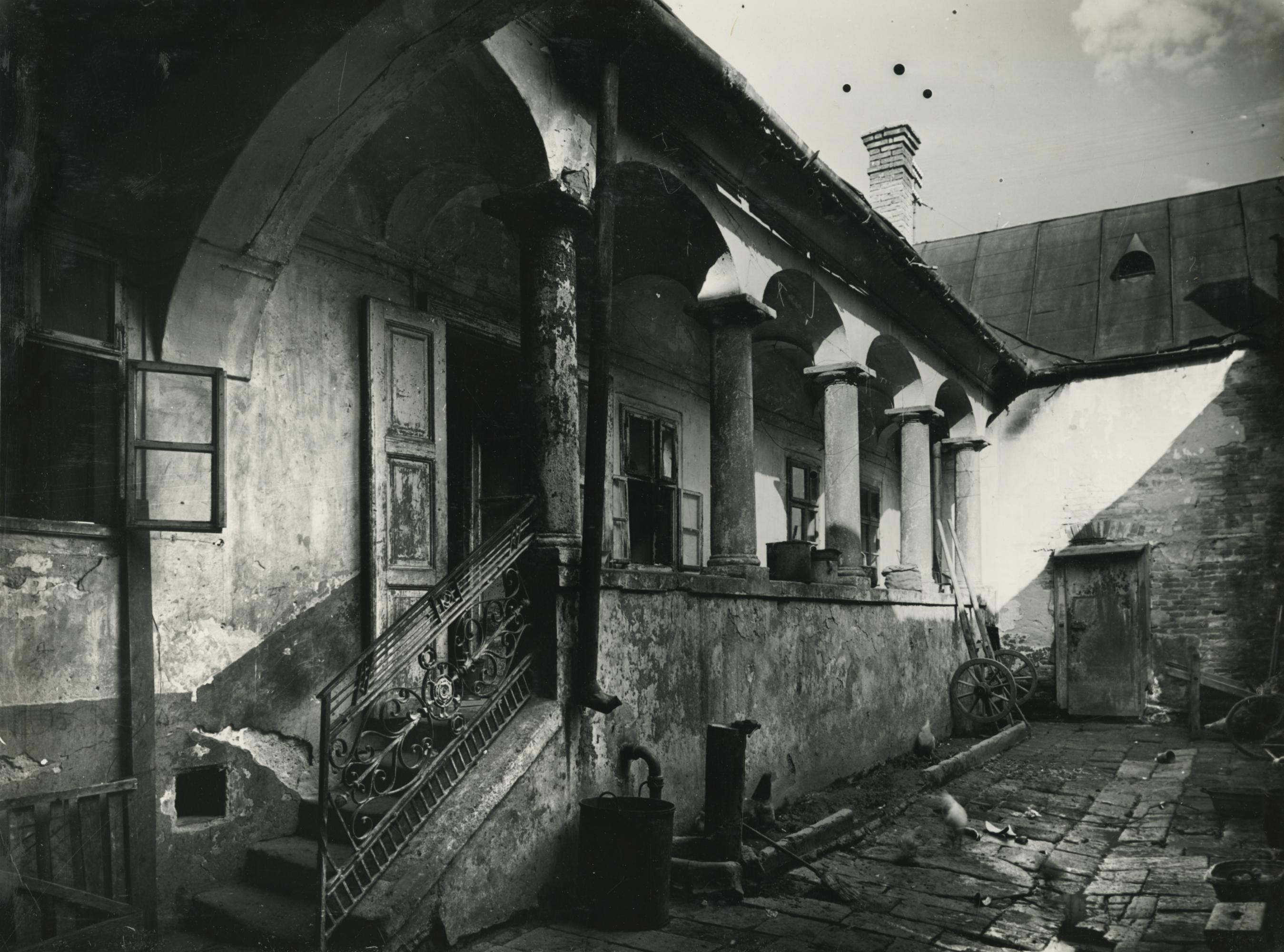 Gyöngyös, Rózsa utca 6. számú lakóház udvara
