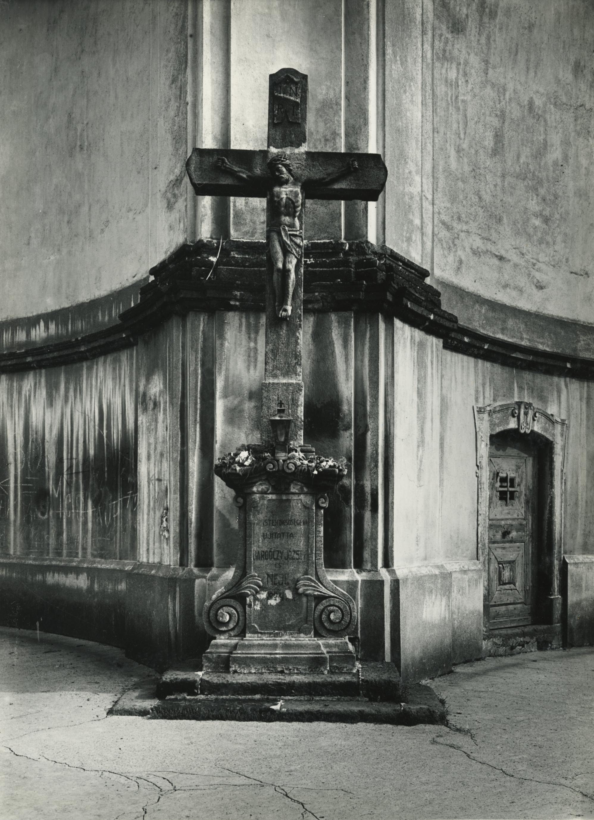 Gyöngyös, Feszület a Szent Bertalan-templom mellett