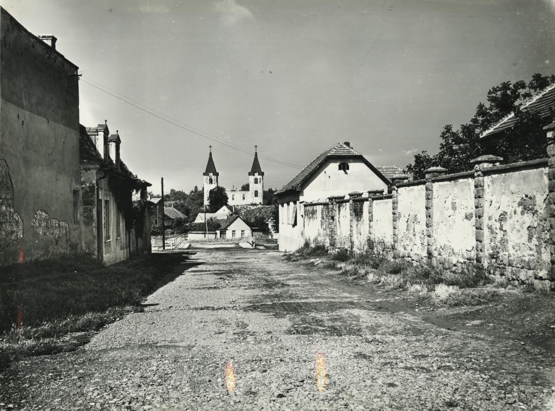 Gyöngyös, Táncsics utcától az Orbán templom felé