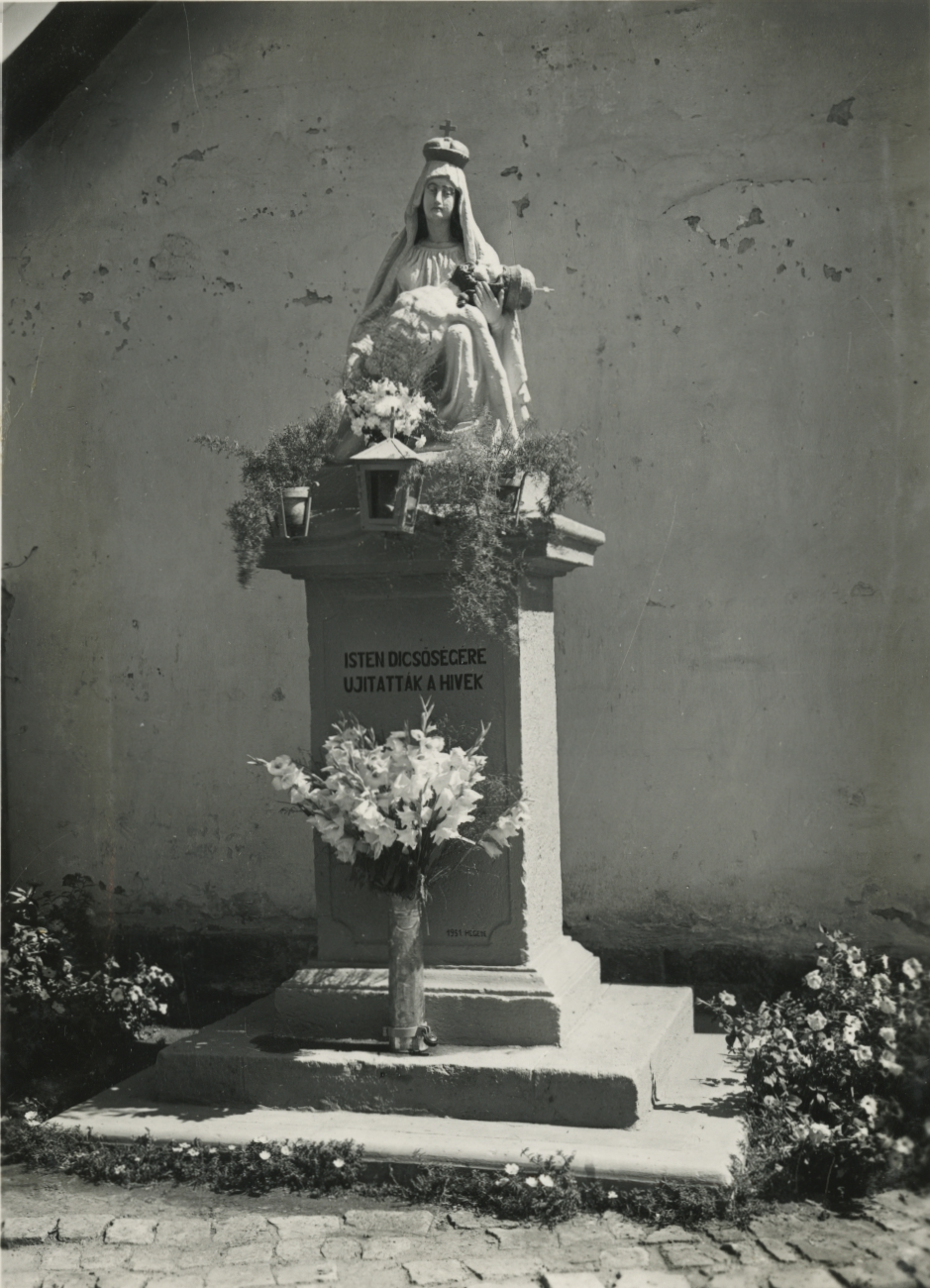 Gyöngyös, Pieta-szobor az alsóvárosi temetőnél