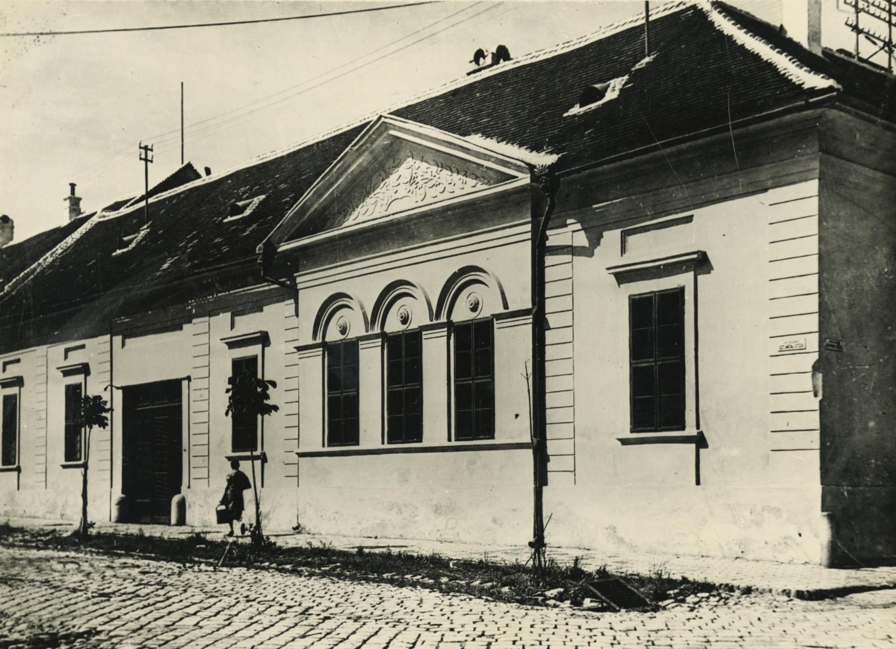 A bajai Szt. Antal utca és Damjanich utca sarkán álló lakóház