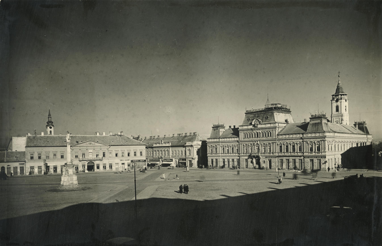 A bajai Béke tér látképe a Városházával