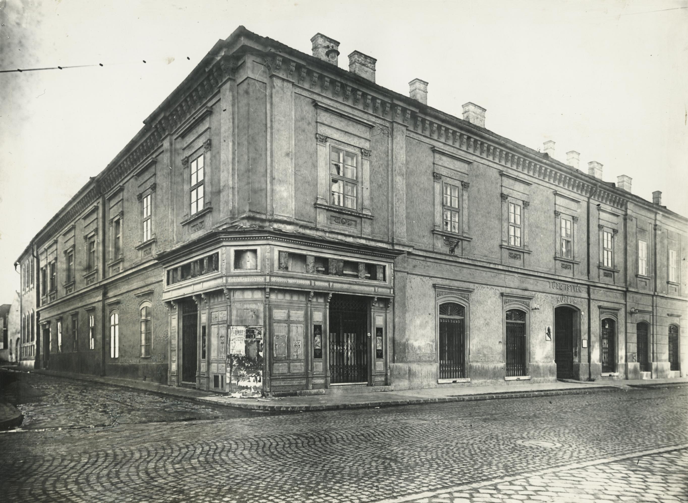 A bajai Deák Ferenc utca 1. szám alatti épület