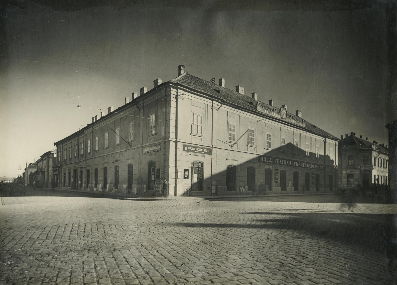 Saroképület a bajai Deák Ferenc utca 1. és Béke tér találkozásánál