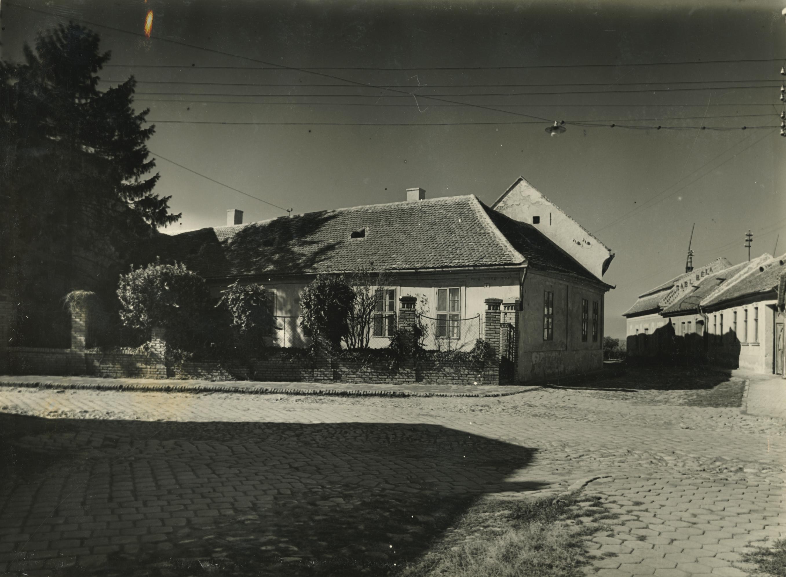 Utcarészlet a bajai Attila utca 7. számú háznál