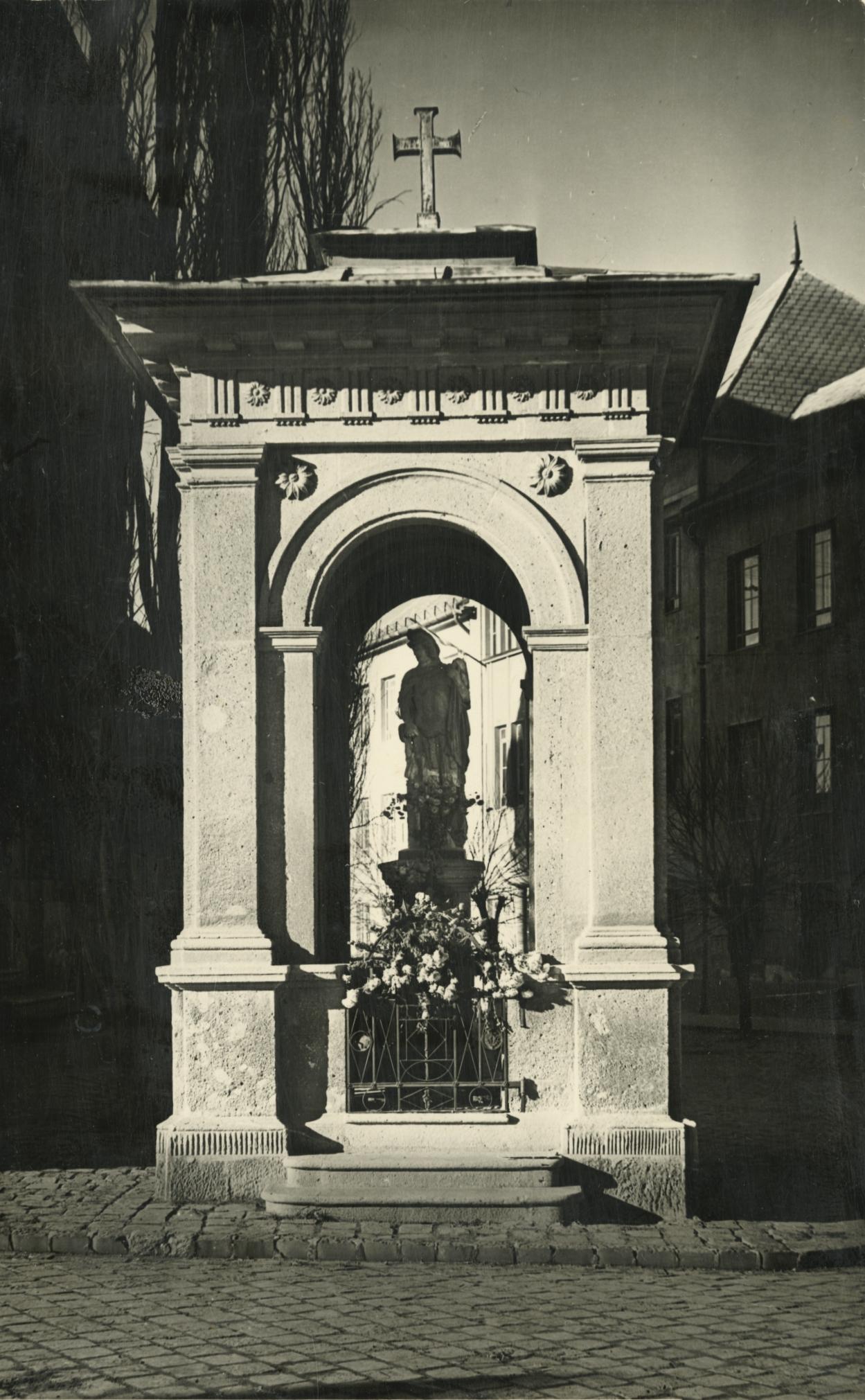 A bajai Szent Flórián-szobor