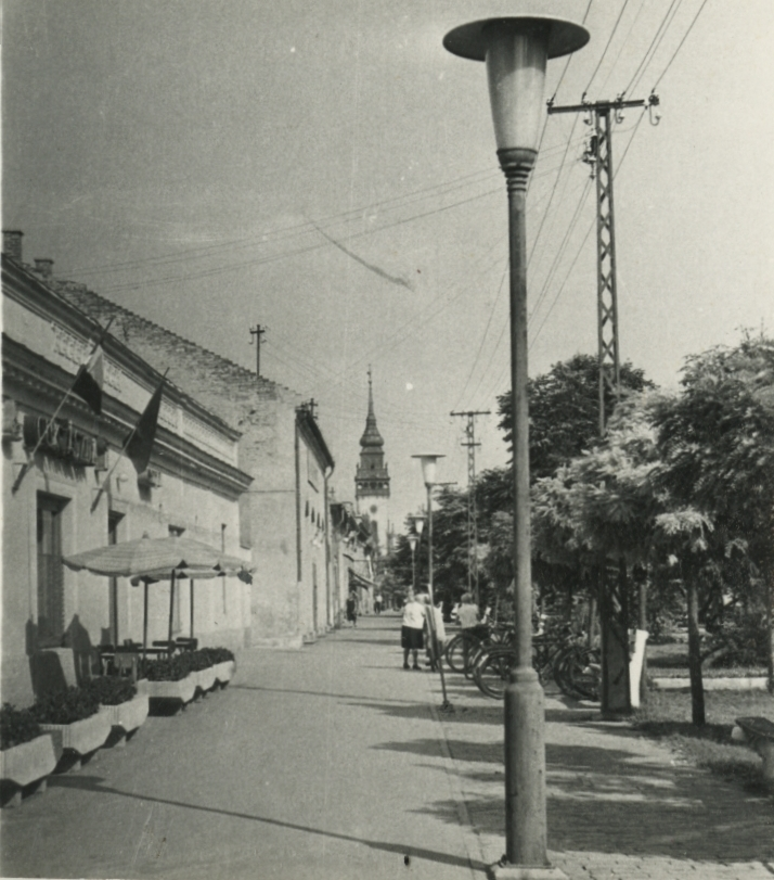 Nagykőrösi utcakép, háttérben a református templommal
