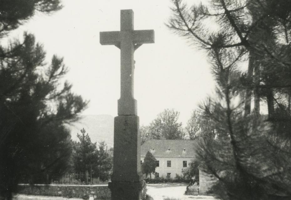 Kúria Gyulakeszin a római katolikus templomból nézve