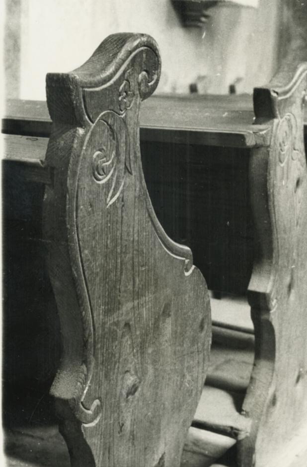 A kékkúti római katolikus templomban lévő pad faragása