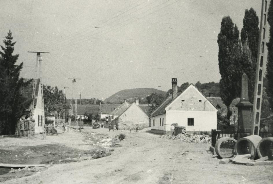 Balatonhenyei utcarészlet a református templomtól északra