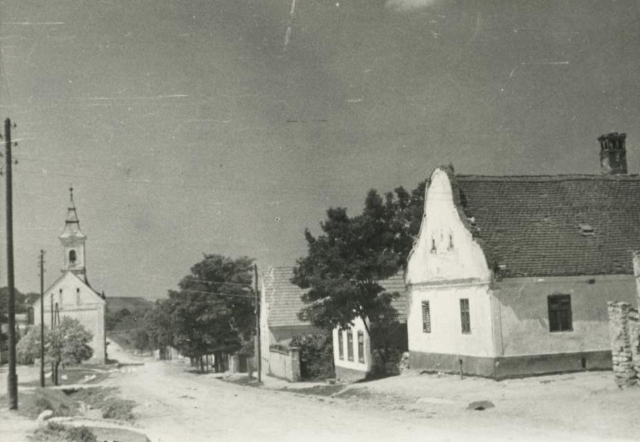 Barnag Fő utcája a református templommal