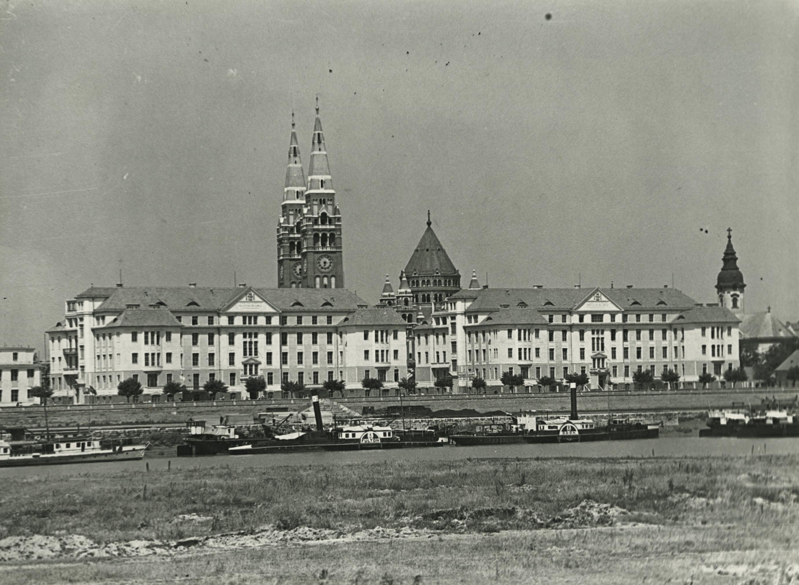 Tiszaparti részlet Szegeden a klinikák épületeivel és a dóm tornyaival