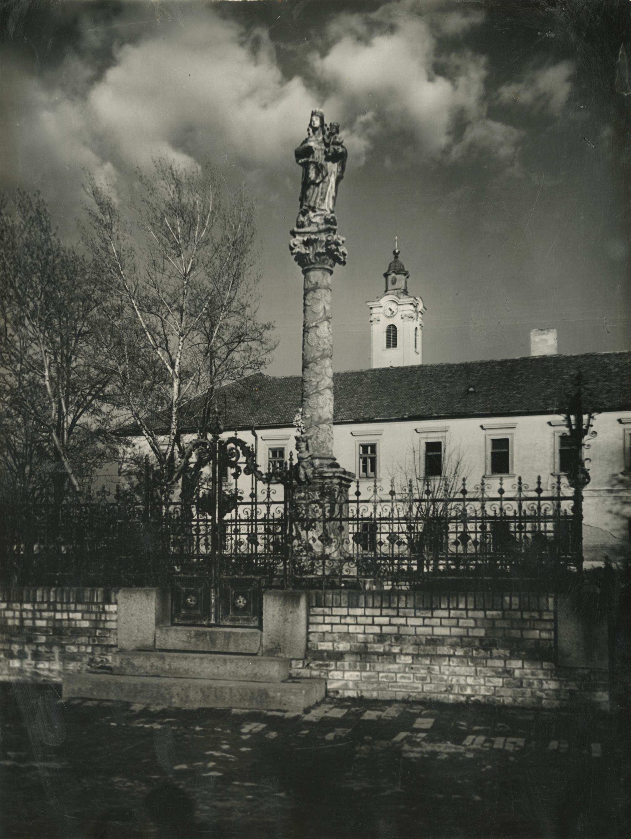 A Szeged-Felsővárosi Szent Miklós Plébániatemplom és kolostor udvarán lévő Mária-szobor