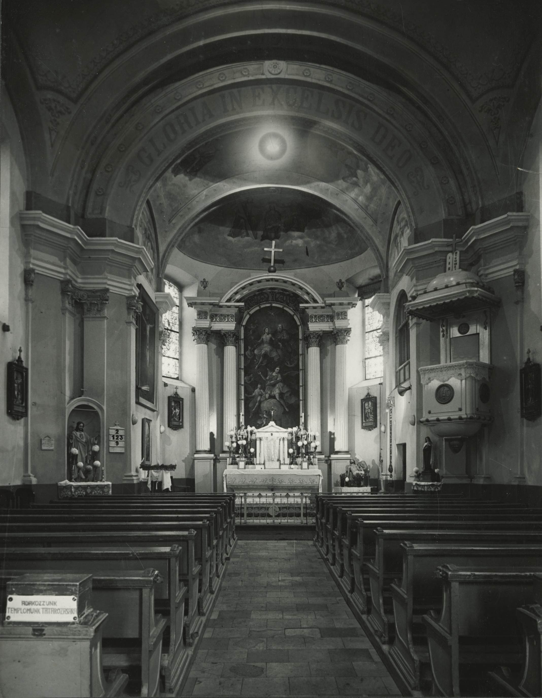 A békési római katolikus templom belső tere