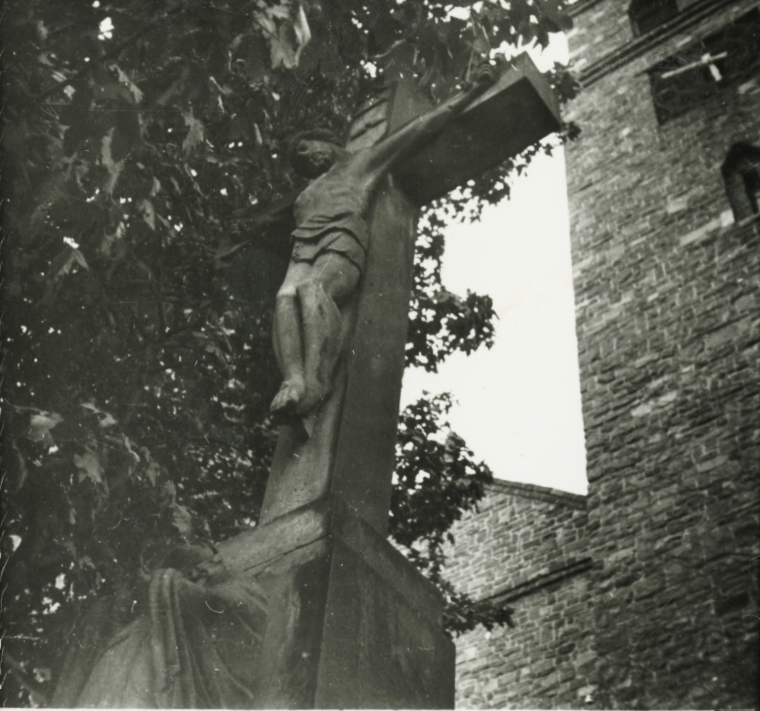 Badacsonytomaj, kőkereszt a templom előtt