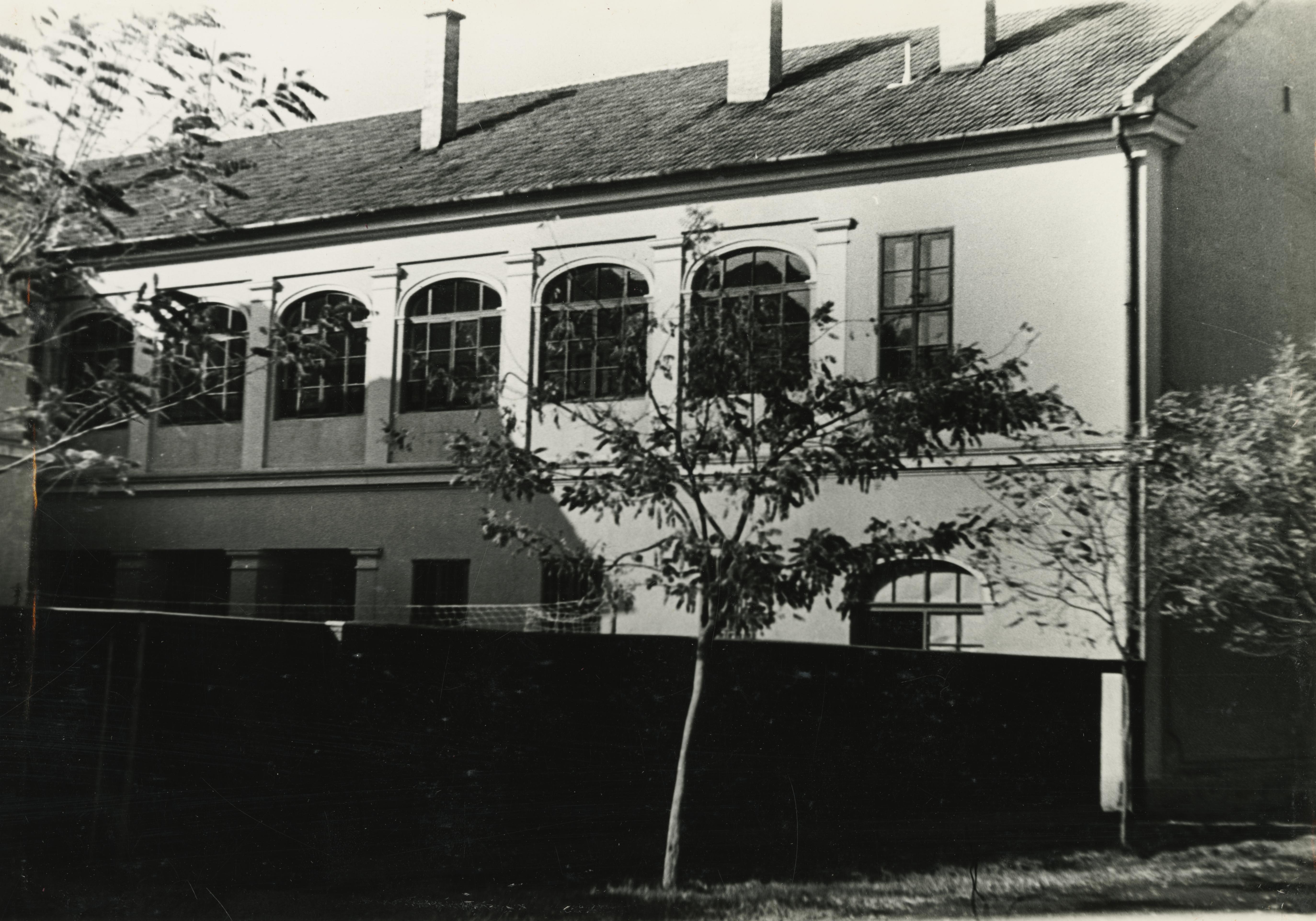 A békéscsabai Baross utca 3. szám alatti iskola udvari homlokzata