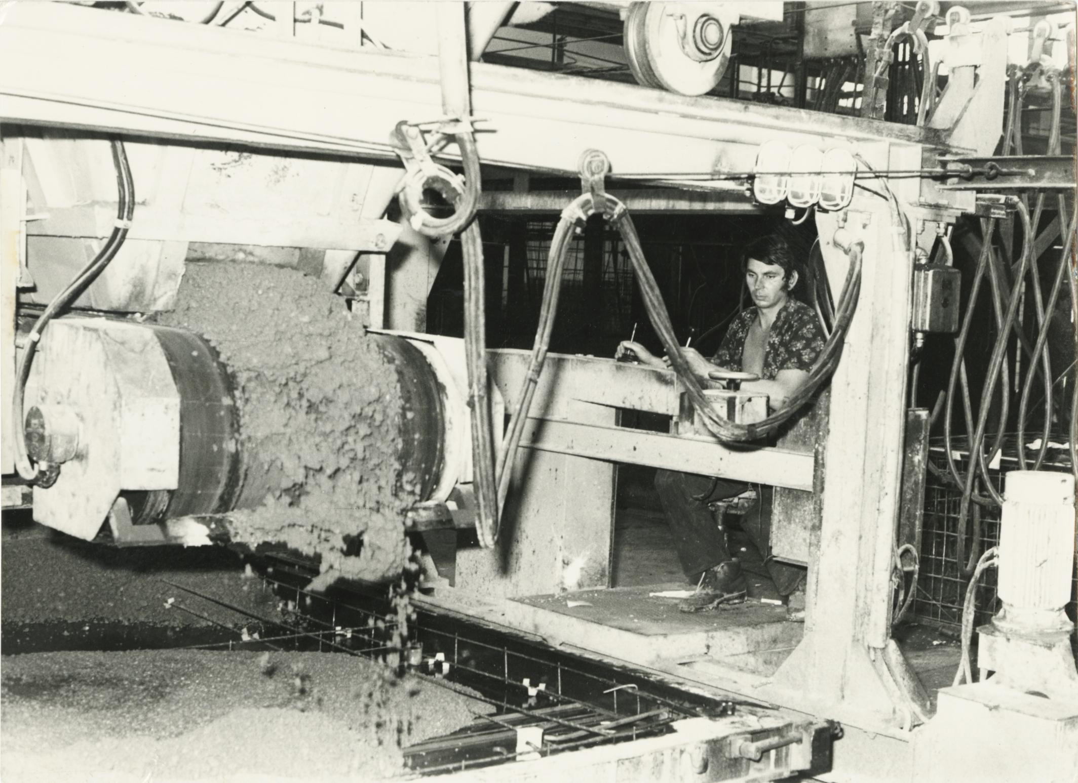 Kispál András a betonterítő géppel