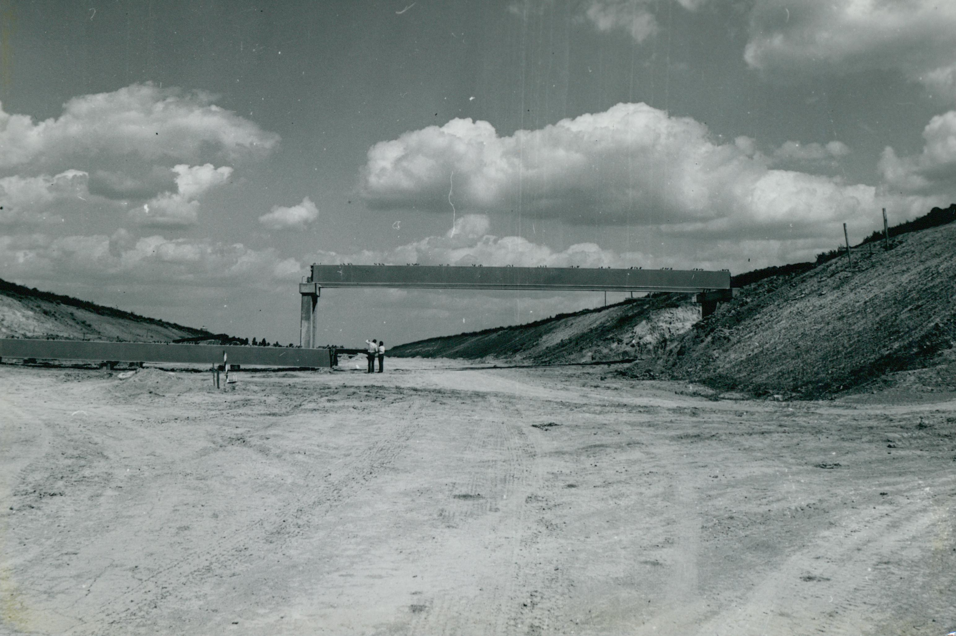 Épülő vasbeton felüljáró az M3-as autópályán