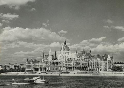 A Parlament látképe Buda felől