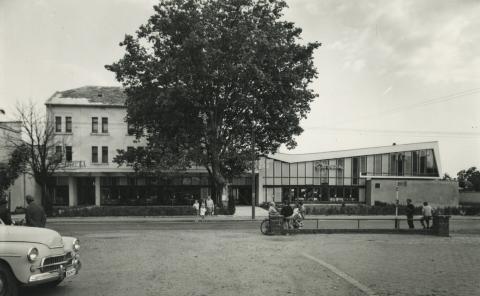 A balatonboglári Hullám Étterem és Szálló épületei