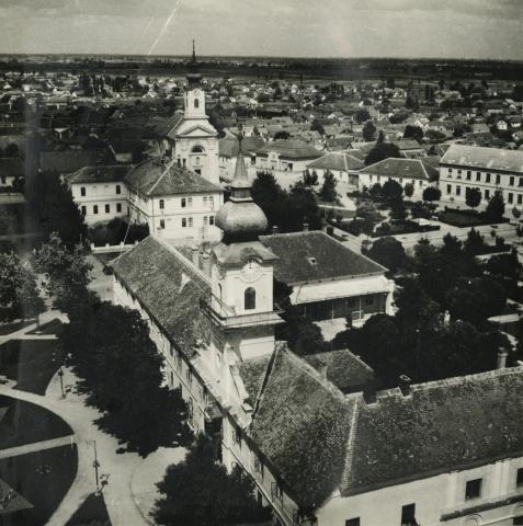 Látkép a városi tanácsházzal és a római katolikus templommal