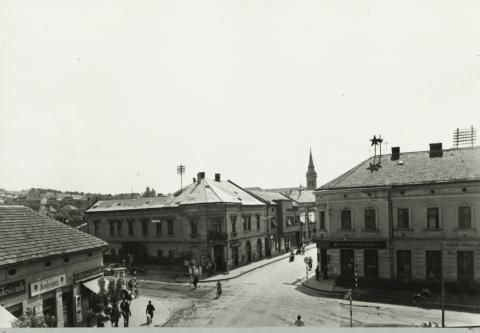 Rákóczi út látképe Salgótarjánban, háttérben a Katolikus Plébániatemplom tornya