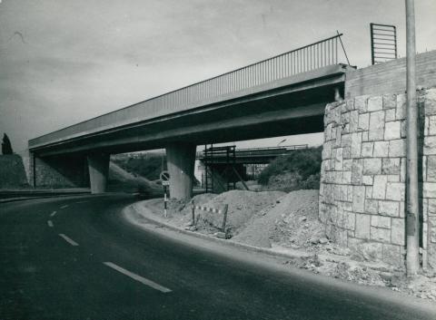 A Nagyszőlős utca felett átívelő Budaörsi út hídja