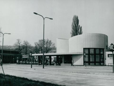 A balatonalmádi autóbusz-pályaudvar váróterme és kocsiállásai