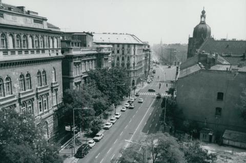 Üllői út az Iparművészeti Múzeum kupolájával