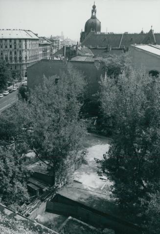 Markusovszky tér, háttérben az Iparművészeti Múzeum kupolája