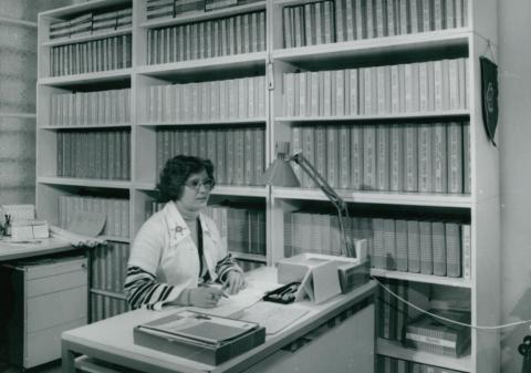 Munka az UVATERV könyvtárának adatrögzítő termében