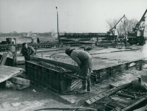 Az új tahitótfalui Tildy híd vasbetonelemének gyártása