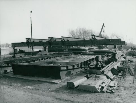 Vasbetonelem zsaluja a tahitótfalui Tildy híd építkezésén