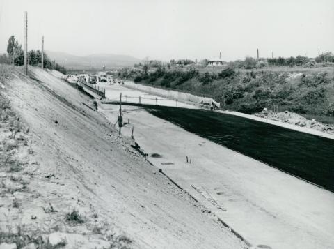 Az M1-es autópálya szélesítése és szőnyegezése