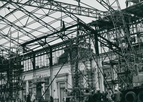 A Nyugati pályaudvar tetőszerkezetének építése
