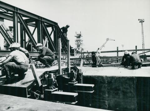 Futódaru szerelése az épülő győri Széchenyi hídon