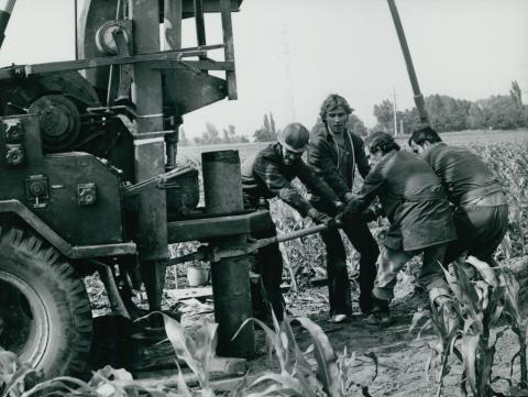 Fúrókocsi munka közben az M2-es út mellett