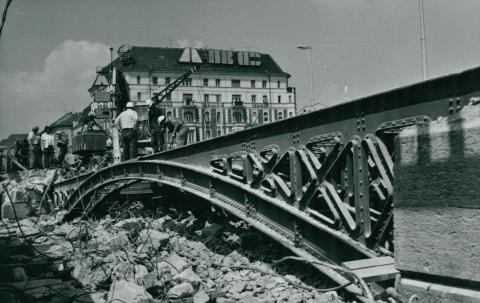 A Margit híd eredeti, budai parti hídnyílásának bontása