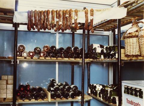 Előregyártott épületben üzemelő bolt csemegéi