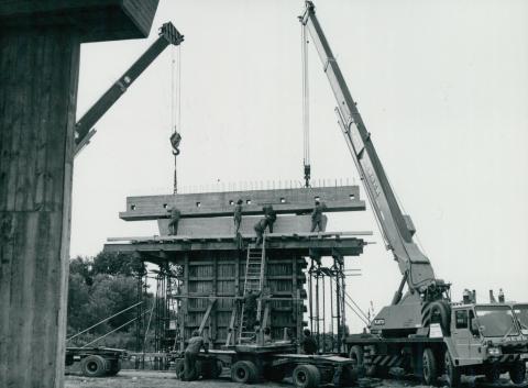 Fejgerenda helyére emelése 451-es főút építése közben