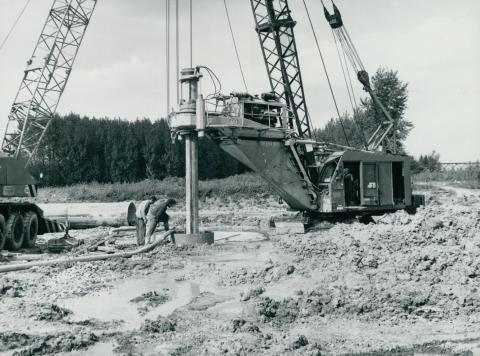 Alapozás gödrének fúrása a 451-es főút építése közben