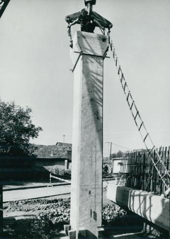 A Kisvölgy utcai völgyhíd pillérének helyére illesztése